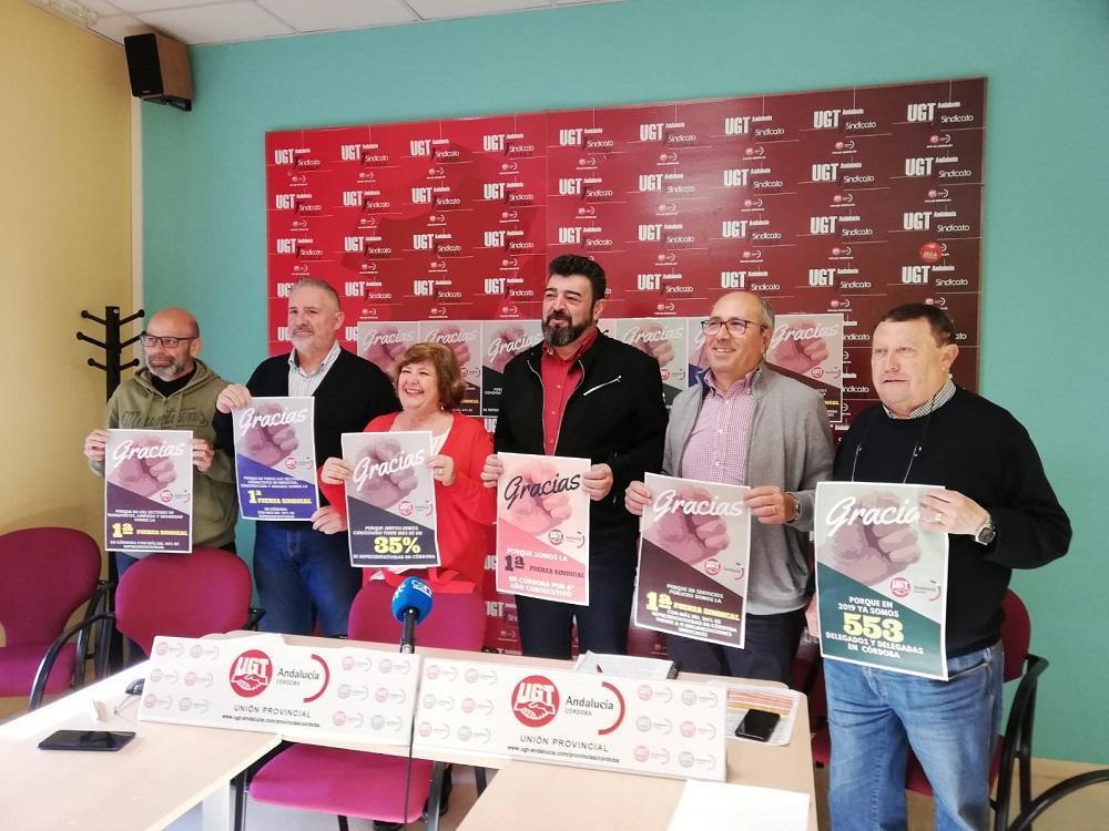 Carmen Jurado y Vicente Palomares, en el centro, con representantes de las distintas federaciones del sindicato. - R.V.